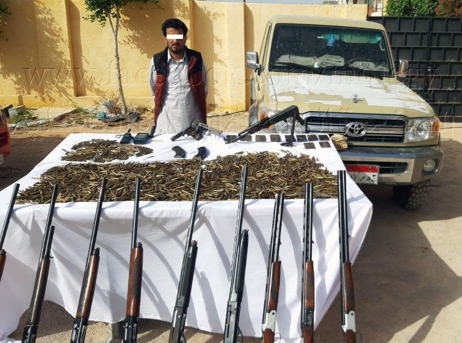 ضبط أحد العناصر الإجرامية بمطررح وبحوزته عدد كبير من الأسلحة النارية والذخائر