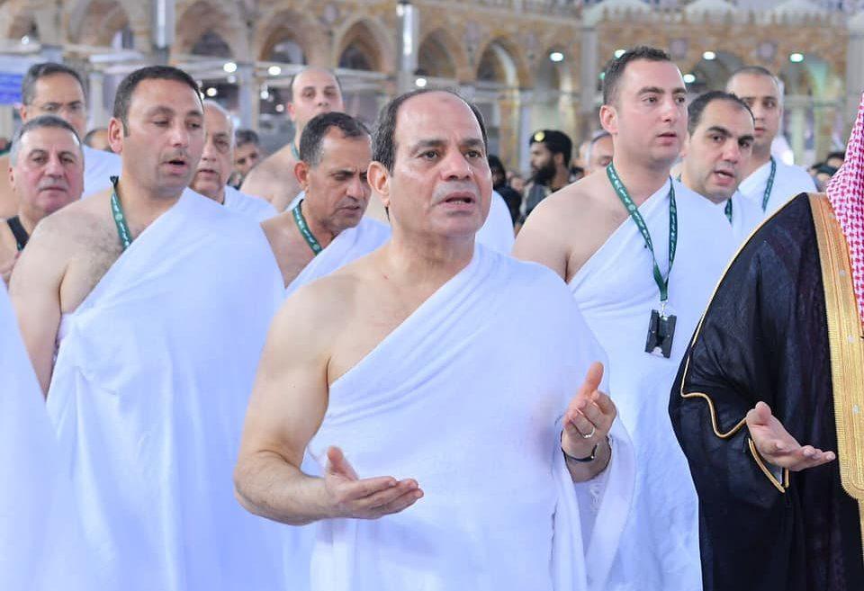 صور | الرئيس السيسي يؤدي مناسك العمرة