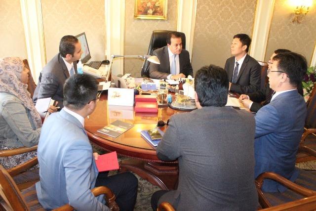 صور   وزير التعليم العالي يبحث مع شركة هواوي تحويل الجامعات المصرية لذكية
