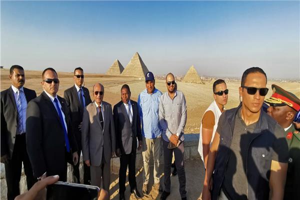 صور  رئيس جمهورية موزمبيق يزور الأهرامات ويلتقط الصور التذكارية