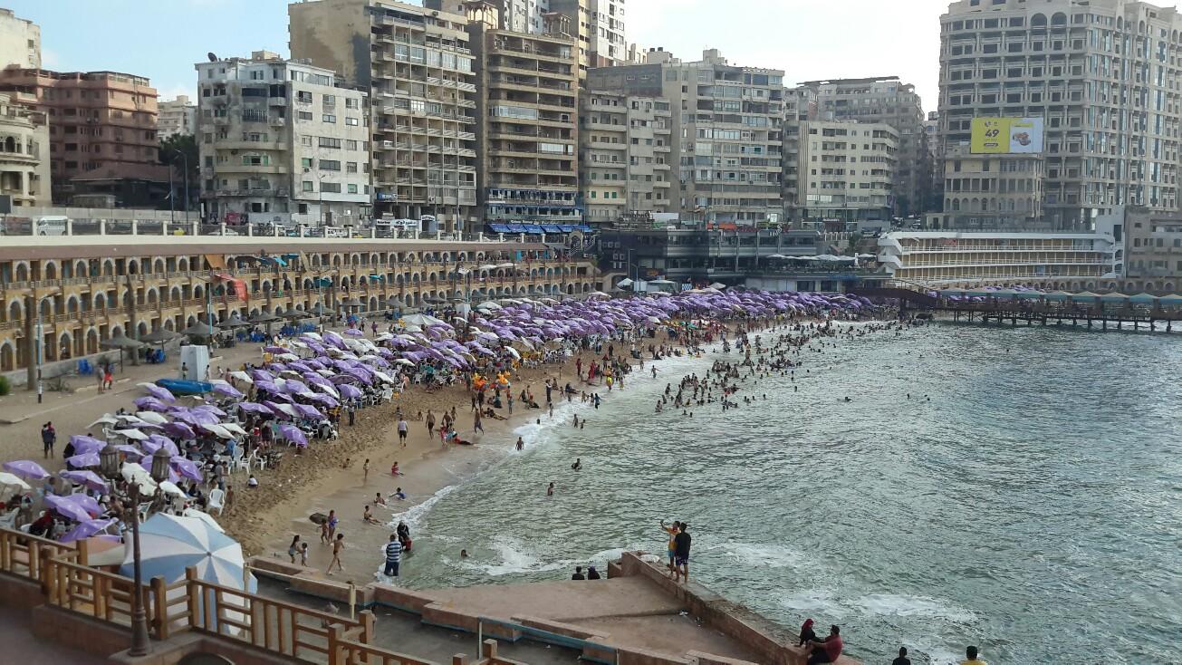 """توافد آلاف المواطنين على شواطئ """" الاسكندرية"""" في ثاني أيام العيد"""