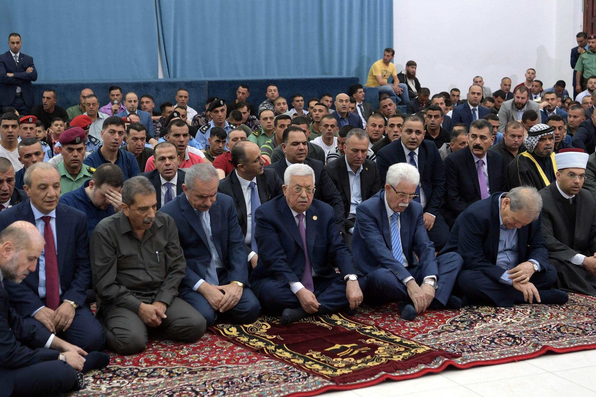الرئيس الفلسطينى يؤدى صلاة عيد الفطر فى مسجد التشريفات بمقر الرئاسة برام الله