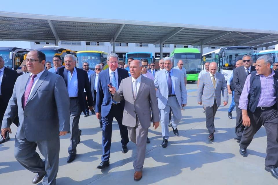صور   وزير النقل في جولة تفقدية بمصنع وسائل النقل mcv ممثل مرسيدس العالمية