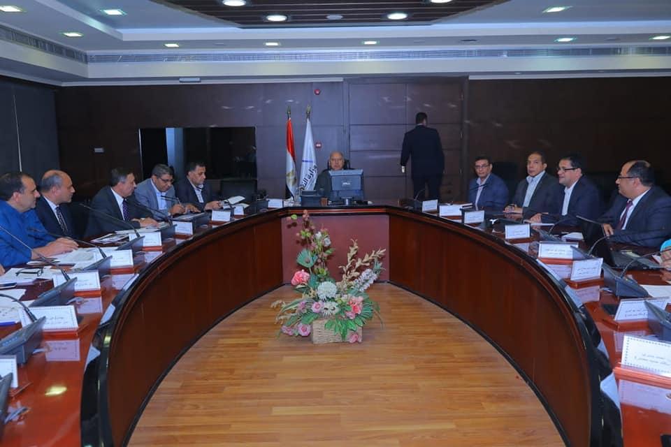 صور| وزير النقل يعقد اجتماع موسع مع رؤساء ورش السكك الحديدية لمتابعة خطط التطوير