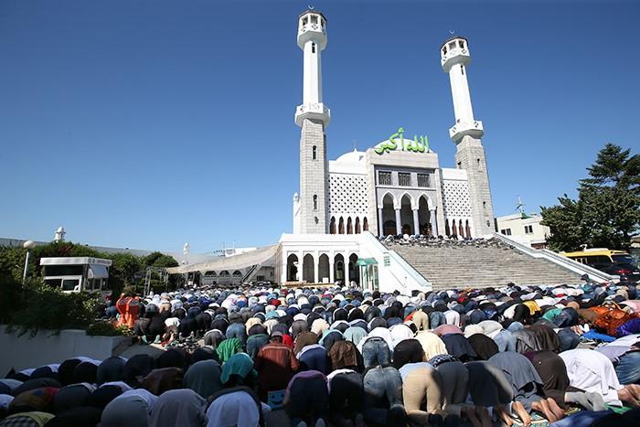 المسلمون فى كوريا الجنوبية يحتفلون بعيد الفطر بأداء صلاة العيد بمسجد سول