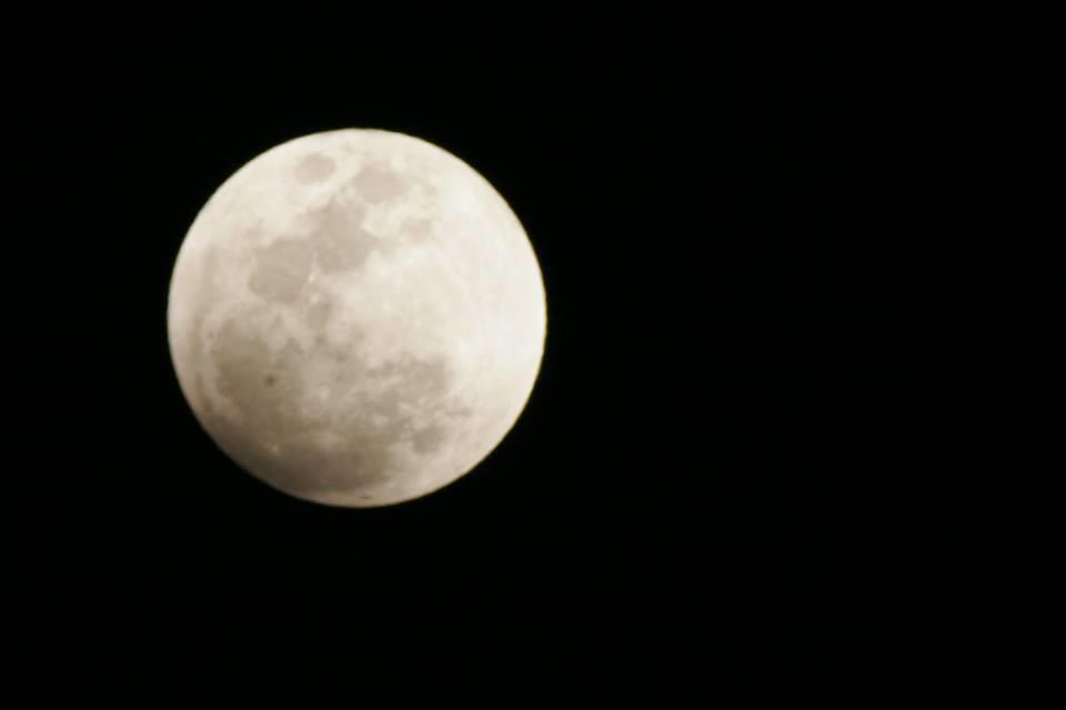صور ترصد مراحل خسوف القمر في مصر