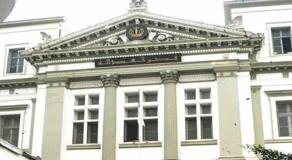 محكمة جزائرية تقضي بسجن رجل أعمال بارز 10 سنوات في قضية فساد