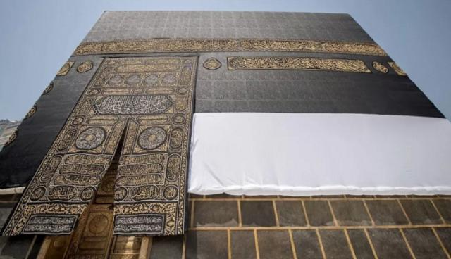 الرئاسة العامة لشئون المسجد الحرام ترفع أستار الكعبة استعدادا لموسم الحج