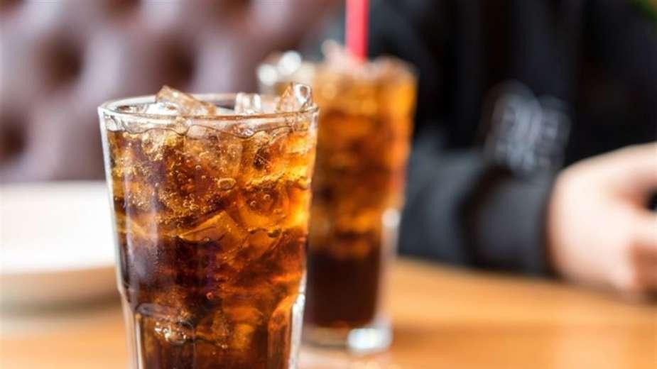 تناول المشروبات الغازية والعصائر قد يزيد خطر الإصابة بالسرطان