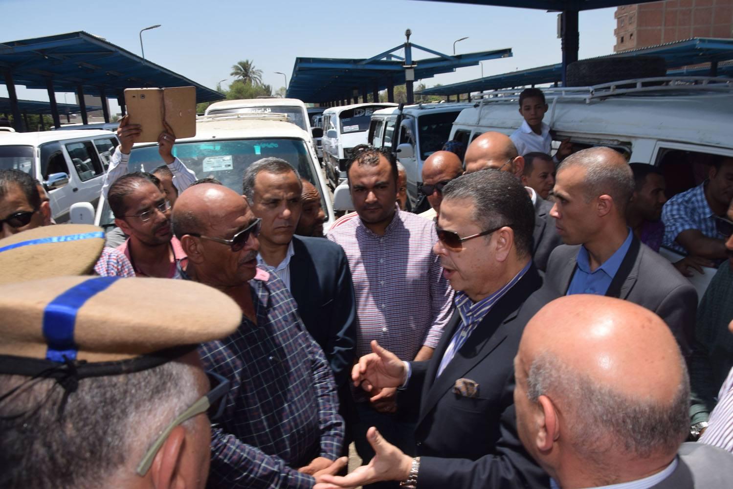 صور| محافظ بنى سويف يتابع انتظام الخدمة بمواقف سيارات الأجرة بعد اقرار التعريفة الجديدة