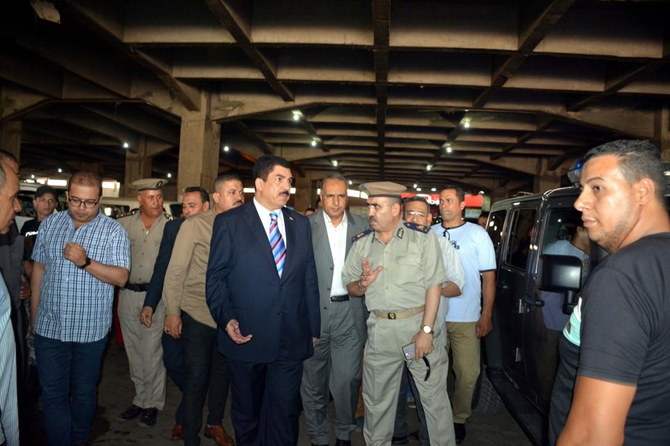 صور | محافظ القليوبية يتفقد مواقف سيارات الأجرة لمتابعة ضبط تعريفة الركوب