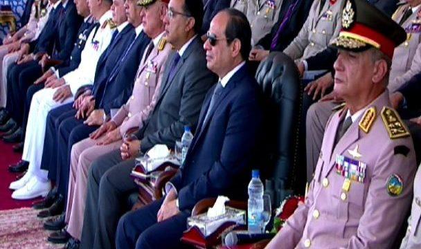 الرئيس السيسي يقدم التحية لأهالى طلاب معهد ضباط الصف المعلمين