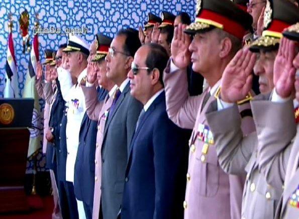 فيديو| الرئيس السيسى يكرم أسرة الشهيد رقيب أحمد محمد عبد العظيم