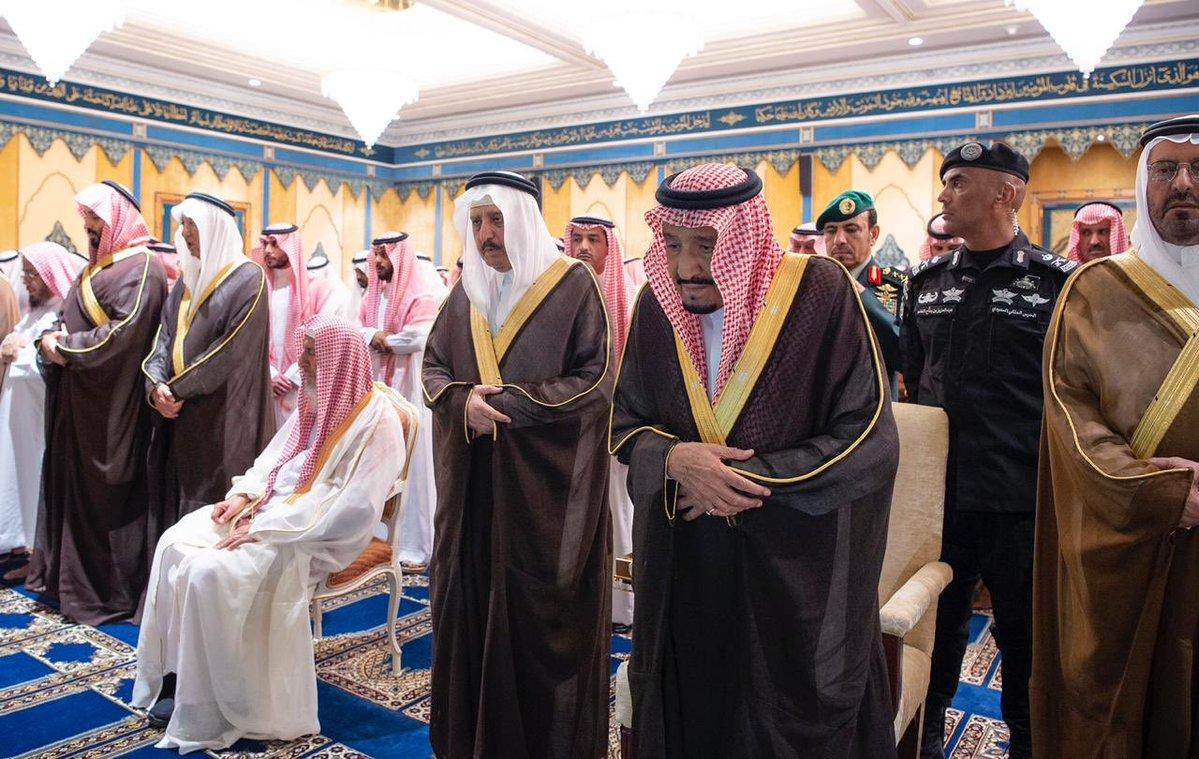 صور| الملك سلمان يؤدى صلاة الميت على الأمير بندر بن عبدالعزيز آل سعود