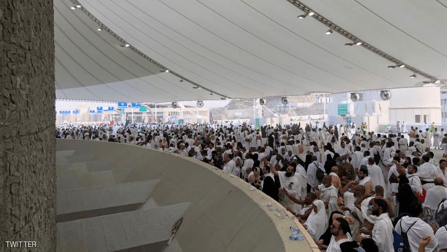ضيوف الرحمن يبدأون رمي الجمرات في أول أيام عيد الأضحى