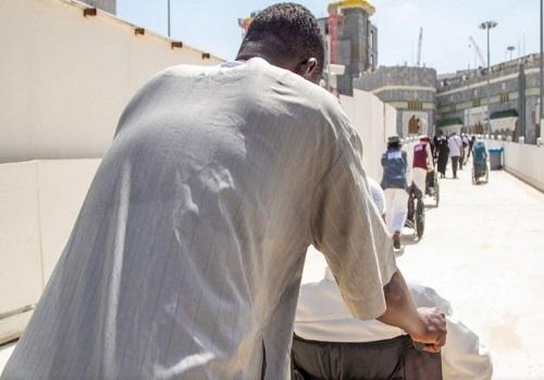 حجاج بيت الله الحرام يؤدون طواف الوداع