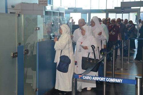 فيديو وصور| وصول أولى رحلات عودة الحجاج إلى مطار القاهرة