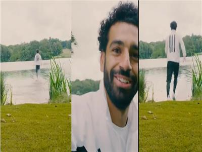 محمد صلاح يختبر سرعته فوق سطح الماء