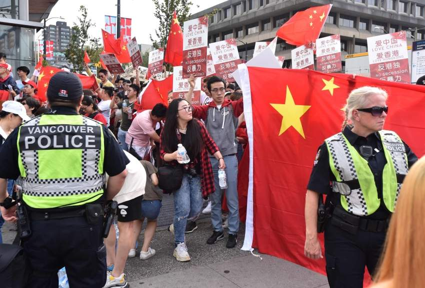 آلاف المتظاهرين يتواجهون في مختلف المدن الكندية دعما للصين وهونج كونج