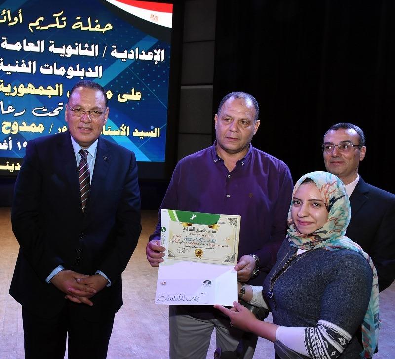 محافظ الشرقية يُكرم البطله رحاب حمدي المتوجه بذهبية بطولة العالم البارالمبية لرفع الأثقال