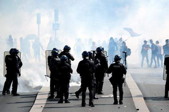 صور | صدامات عنيفة بين متظاهرى السترات الصفراء والشرطة الفرنسية