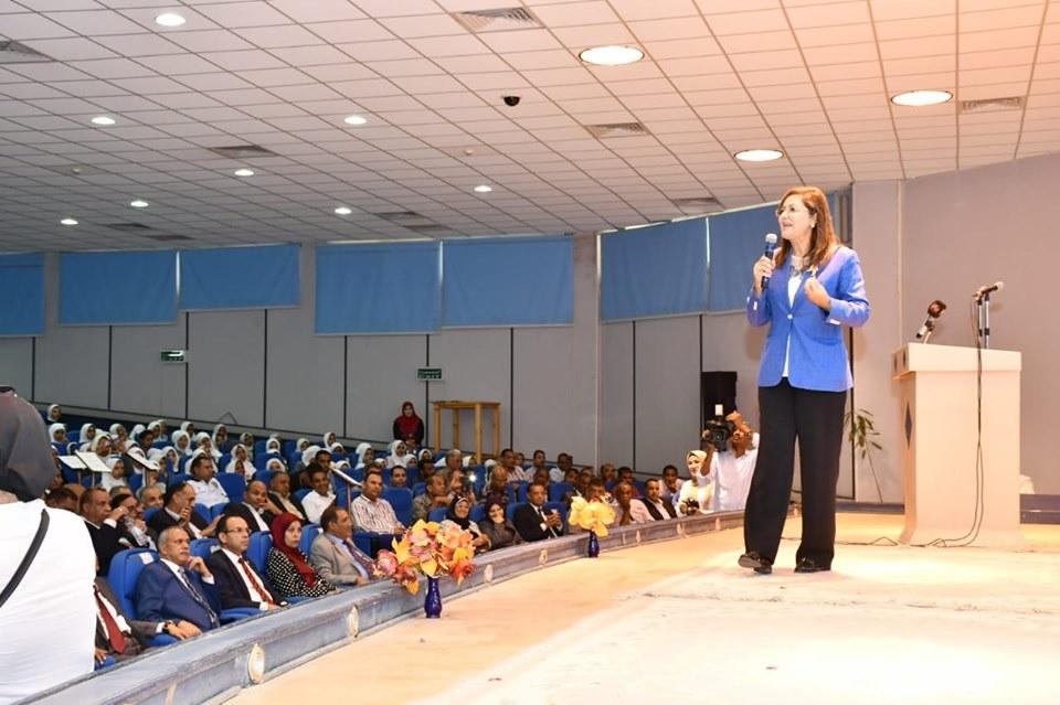 صور | وزيرة التخطيط تشارك في حملة التوعية بأهمية ريادة الأعمال بجامعة جنوب الوادي
