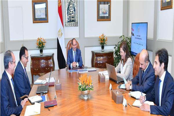 السيسي يجتمع مع رئيس الحكومة ووزيري التخطيط والاتصالات