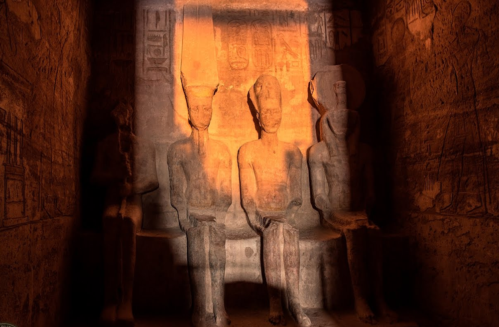 الشمس تتعامد على تمثال رمسيس الثانى لمدة 20 دقيقة