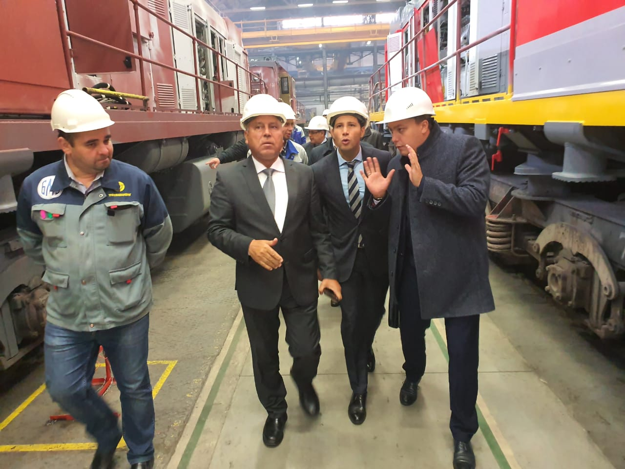 صور| وزير النقل في جولة بمصنع ترانسماش لجرارات السكك الحديدية في روسيا