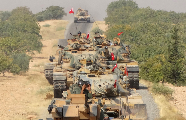 """قائد قوات سوريا الديموقراطية يتهم تركيا بمنع انسحاب مقاتليه.. ويلمح لـ""""مؤامرة"""" برعاية أمريكية"""