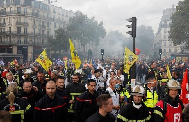 الشرطة الفرنسية تطلق الغاز المسيل للدموع على محتجين من رجال الإطفاء بباريس
