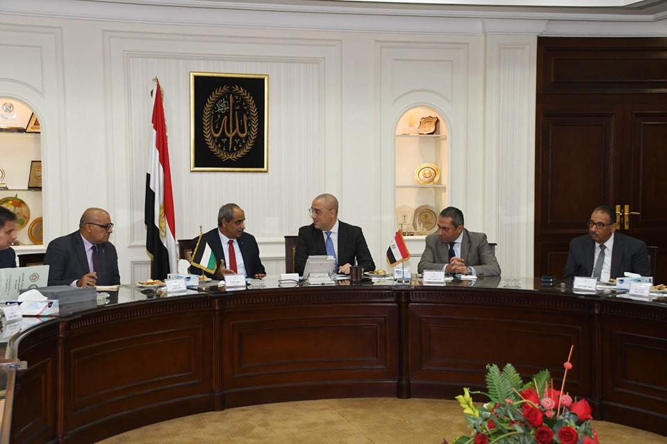 وزير الإسكان يلتقى نظيره الفلسطينى لعرض تجربة الإسكان الاجتماعى والمدن الجديدة