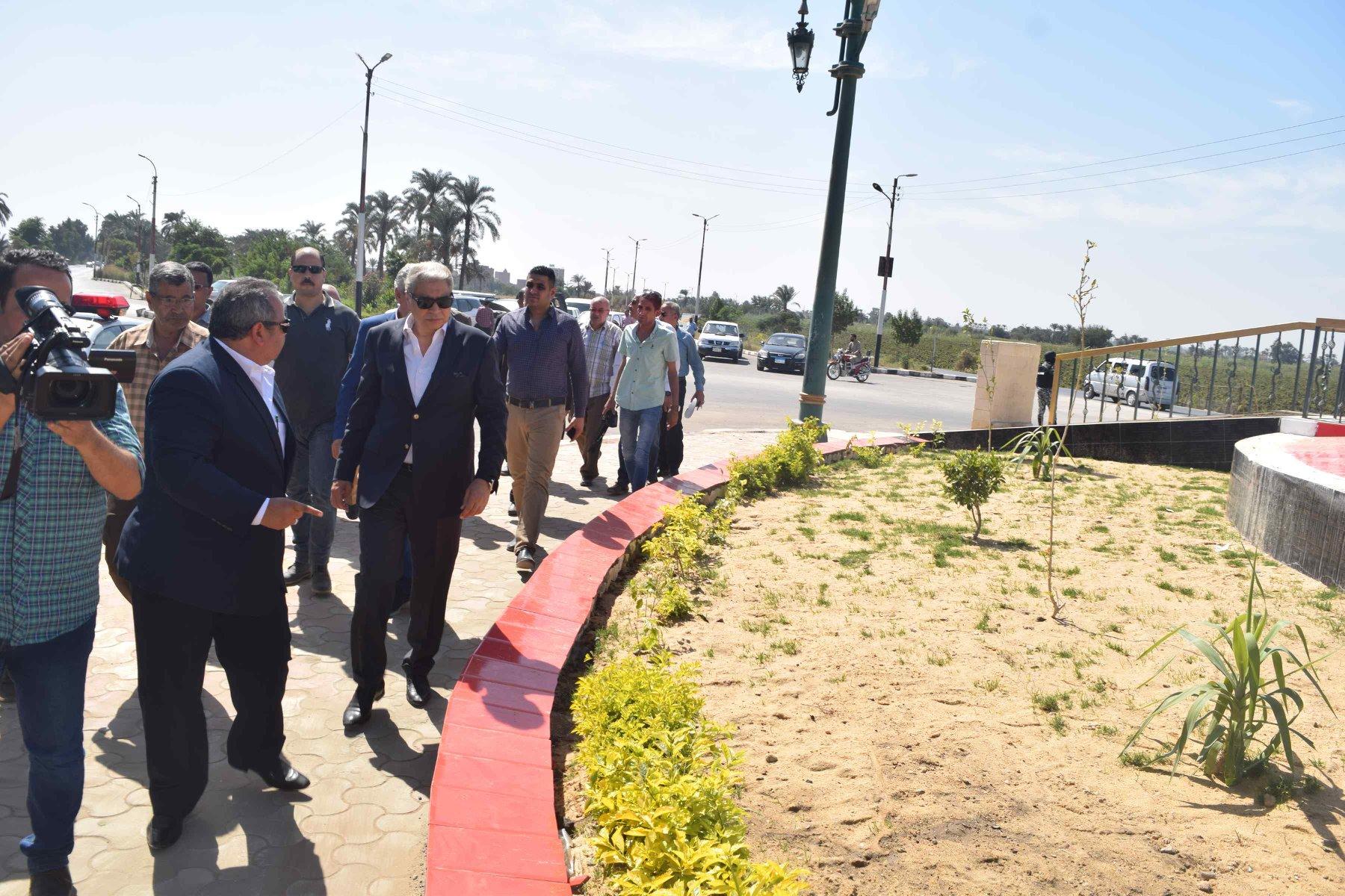 صور | محافظ المنيا يتابع منظومة النظافة وتطوير الميادين بمركزي مطاى وبني مزار
