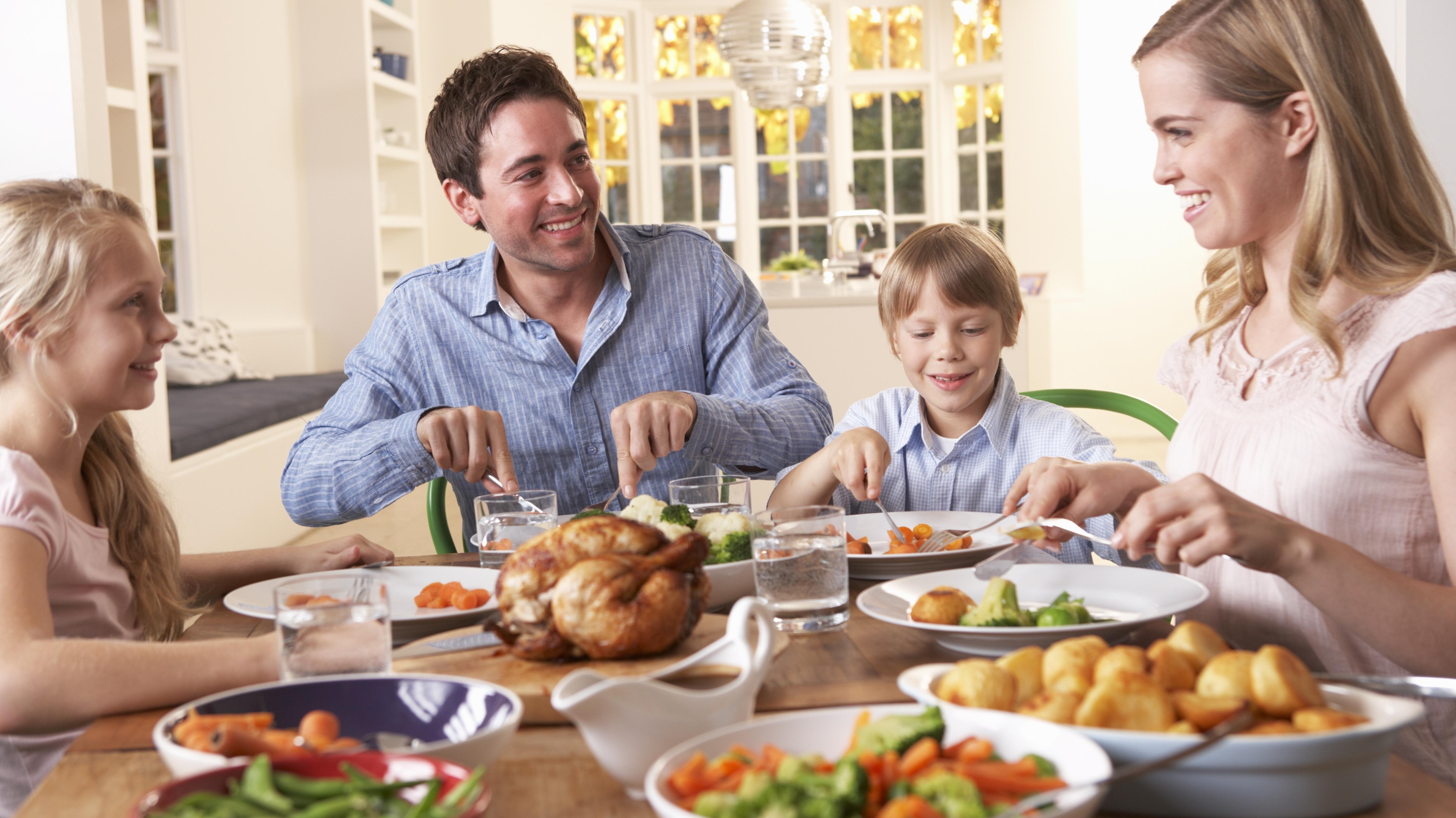 دراسة: تناول الطعام مع الأسرة أو الأصدقاء يفتح الشهية