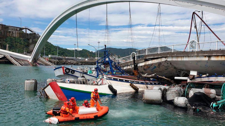 6 قتلى و12 مصابًا في أحدث حصيلة لضحايا انهيار جسر بتايوان