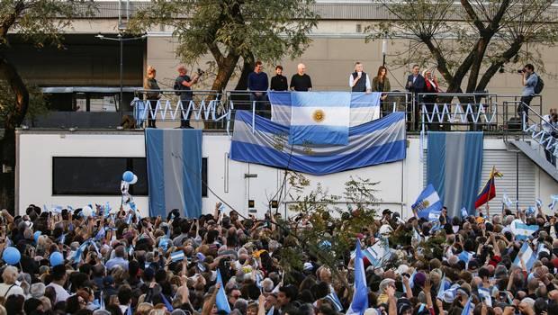 أنصار رئيس الأرجنتين يحتشدون لدعمه في جولة الانتخابات الرئاسية الثانية