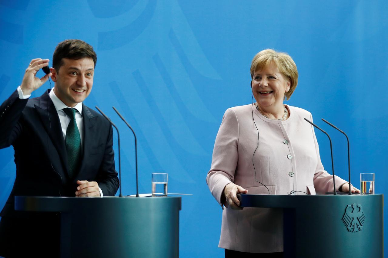الرئيس الأوكراني والمستشارة الألمانية يناقشان الاستعدادات لقمة نورماندي