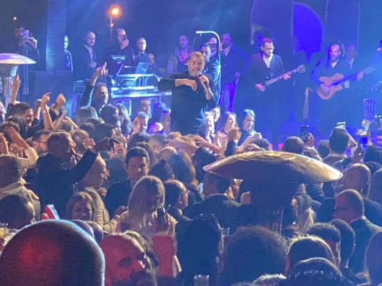 صور| عمرو دياب يشعل حفل مهرجان القاهرة السينمائي الدولي