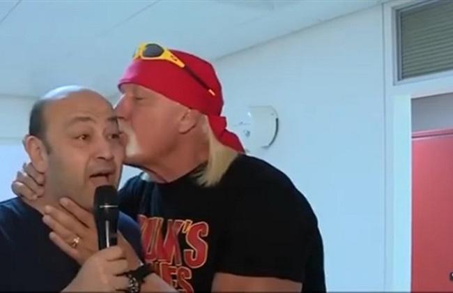 """فيديو  تعرف على سبب تقبيل """"هوجان"""" لـ رأس """"عمرو أديب"""" على الهواء"""