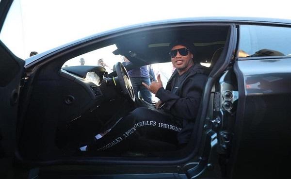 """بعد شرائه سيارة نادرة.. """"رونالدينيو"""" أول مشترٍ في معرض موسم الرياض"""