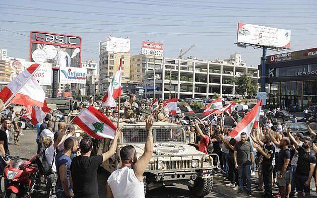 الجيش اللبناني يفتح الطرق المغلقة بمعاونة المتظاهرين