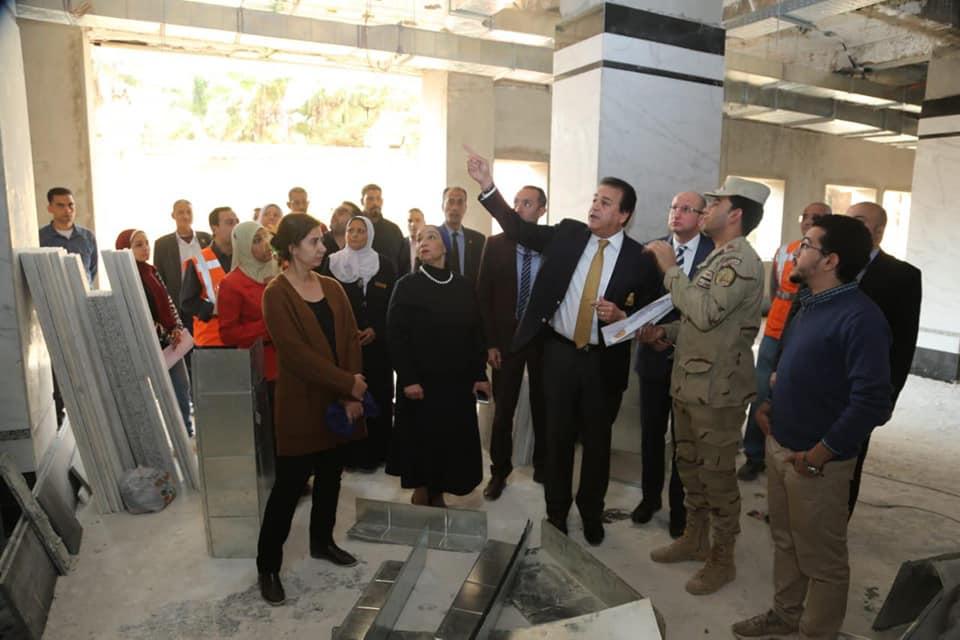 صور | وزير التعليم العالي يتفقد أعمال التطوير بمستشفى الاستقبال والطوارئ بقصر العيني