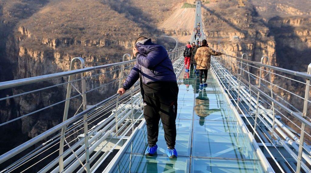 الصين تغلق جسورا زجاجية فى عدة مناطق سياحية لمخاوف تتعلق بالسلامة
