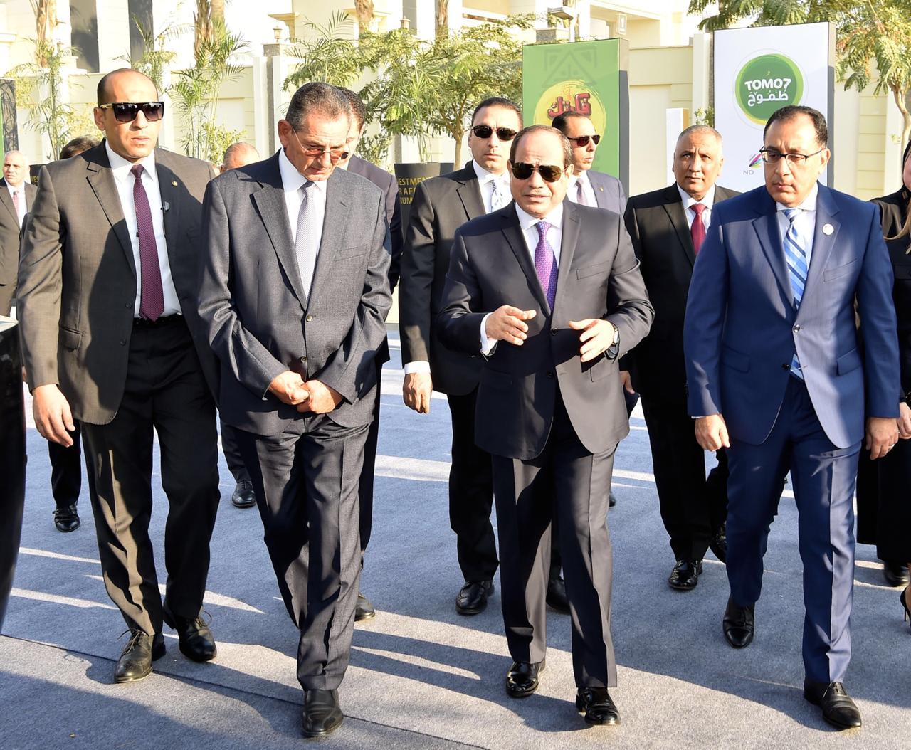 صور  الرئيس السيسي يتفقد معرض صندوق تحيا مصر