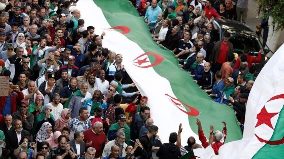 مظاهرة حاشدة بالجزائر رفضا للتدخل الأجنبي ودعما للانتخابات الرئاسية