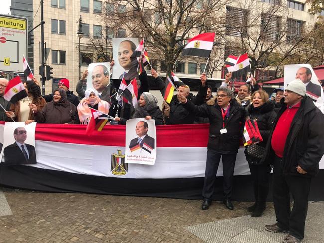الجالية المصرية بألمانيا تنظم وقفةً للترحيب بالرئيس السيسي لدى وصوله إلى برلين