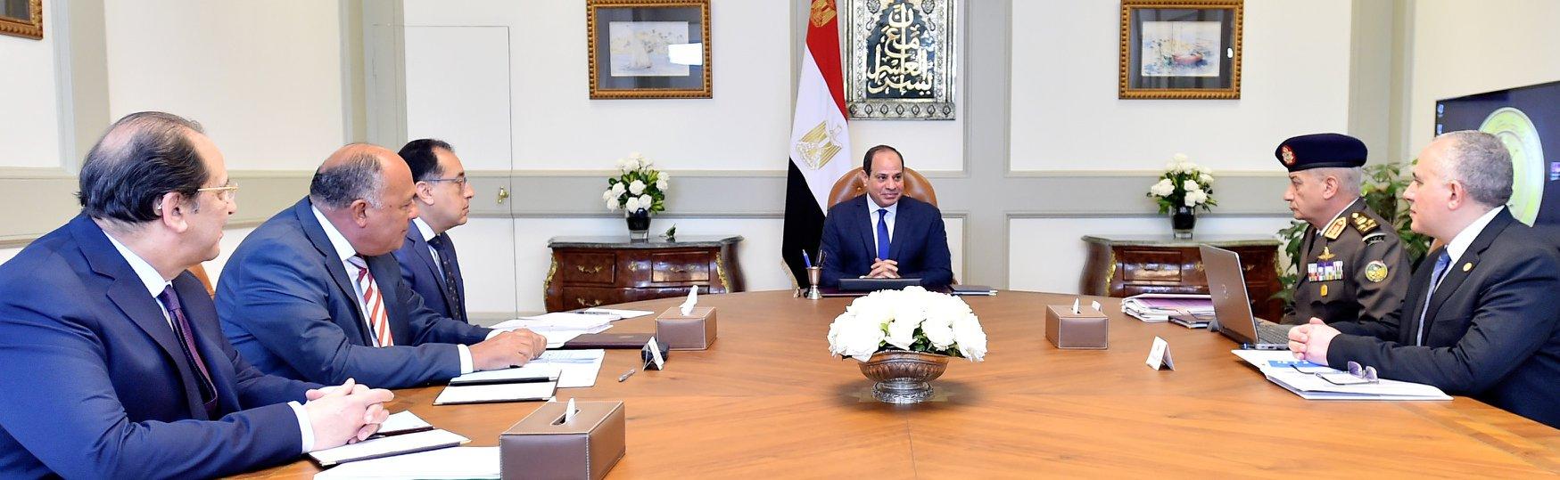 الرئيس السيسي يجتمع مع عدد من الوزراء لبحث آخر الأوضاع السياسية على المستويين الدولي والإقليمي