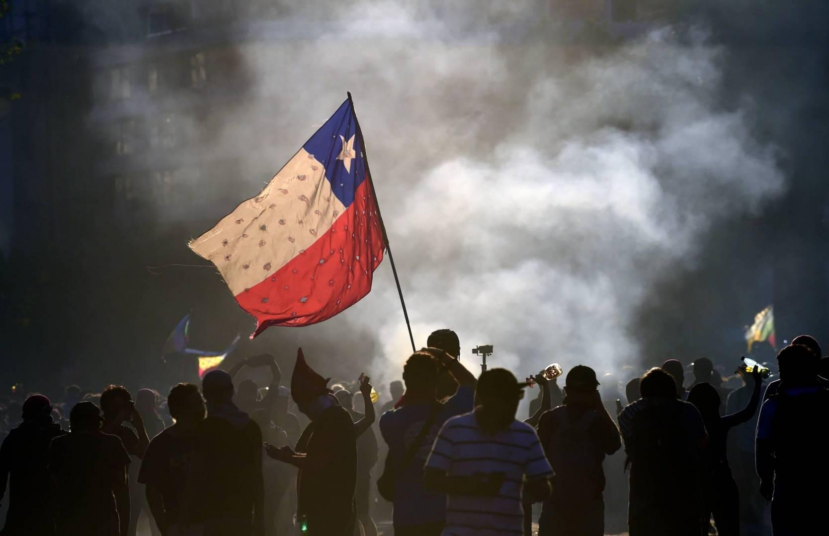 مئات الأشخاص في تشيلي يحتجون على قمع الشرطة للمتظاهرين