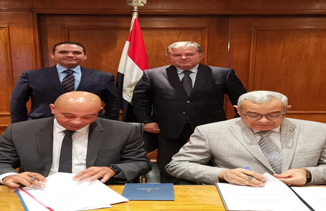وزير قطاع الأعمال يشهد توقيع عقد تجميع 105 أتوبيسات بالهندسية للسيارات
