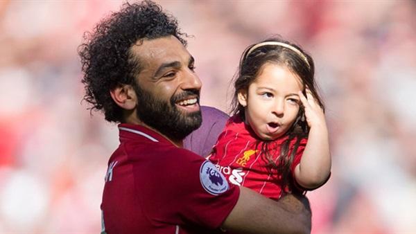 محمد صلاح ينشر فيديو جديد له مع ابنته مكة فى الجيم